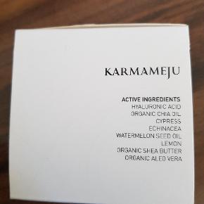 Ny og ubrugt creme.  Om produktet: Karmameju SILK Age-Defence Face Cream 03 er en luksuriøs og let absorberende creme til en kombineret hud. Cremen er opkaldt efter eksklusive tekstiler, og denne føles blød som silke, og efterlader huden mat og ensartet. Den virker antiinflammatorisk og helende, og et højt indhold af antioxidanter bekæmper frie radikaler, og beskytter cellerne mod tidlige ældningstegn. Den indeholder hyaluronsyre, som genopretter hudens fugtniveau, mens ingredienser som cypres og cedertræ tilfører næring, samt er med til at minimere porerne. efter brug af Karmameju SILK Age-Defence Face Cream 03 vil huden efterlades mat og ensartet.
