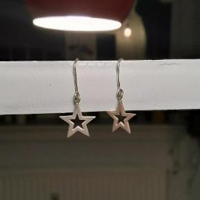 Sælger disse fine stjerne øreringe i sølv, da jeg ikke får brugt dem mere. Selve stjernerne er ca. 1,5 cm. De er brugt få gange og fremstår derfor som næsten nye.  Jeg handler gerne via Mobile Pay, men på købers eget ansvar!