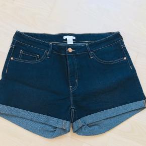 Super lækre denim shorts fra H&M. Blanding af bomuld, polyester og viskose. Kort og tætsiddende mode, 30 cm foran fra top til bund og 37 cm bagpå fra top til bund. Perfekte sommershorts! 😊☀️