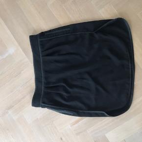 Day sort nederdel 42  Er gået lidt op i den ene side da Den var for tight :/ derfor sælges