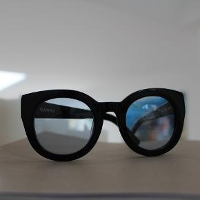 Let chunky solbrille fra Ganni.  Brugt få gange - Etuiet er desværre gået i stykker, så det følger ikke ikke med.