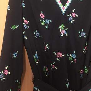 Skøn blomstret vintage - retro kjole med matchende bælte. Passer en M-38. Standen er perfekt. Kunststof af en art.
