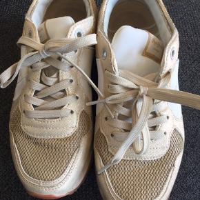 Lækker guld/ hvid sneakers 👍er brugt  👍