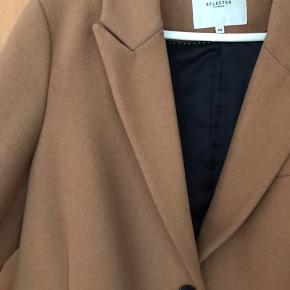 Sælger min lækre Selected Femme frakke, da den desværre er blevet for lille. Str. 40 Cognacfarvet  3 lommer  Kan ikke huske prisen fra ny Er brugt en del, men er i rigtig god stand - ingen skader ☺️