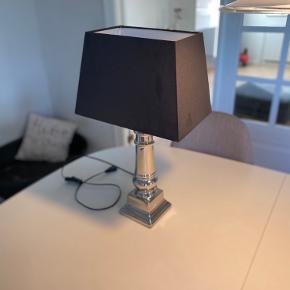 Lampe med sort ny skærm. H 52 mål på skærm 30x23x20