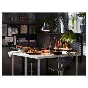 Lækkert IKEA skrivebord med aftagelige ben, perfekt til computer og arbejdsstation. Også rigtig fin til køkkenbord. 120x60. Kan hentes fra lejlighed på Nørrebro hvor der er elevator! Det er også muligt at købe en bordplade på 200x60 med et ekstra ben.