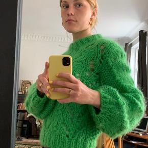 Den populære Ganni sweater i grøn💫  💚 Str. XS - men kan også sagtens passe en S 💚 50% mohair, 50% uld 💚 Fremstillet i Italien