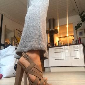 ER ÅBEN FOR ALLE BUD  Beige læder stiletter fra Aldo. Kun brugt en enkelt gang til Galla. Selve hælen er 15 cm. og plateauen er 4 cm. det tykkeste sted.