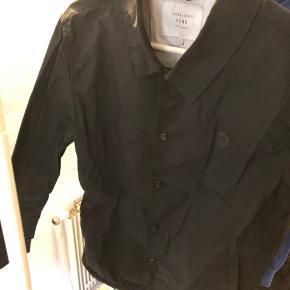 Sælger denne Jack and jones jakke, som der er perfekt til det danske sommer/efteråsvejr som Danmark byder på. Den ser en del krøllet ud på billedet, men det er den ikke når man tager den på:) skriv privat for mere info   👕Mængderabat er muligt ved køb af andet tøj👕