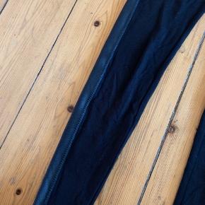 Sorte leggings med læder look stribe ned af siden på begge ben