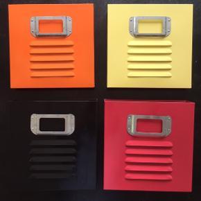 Fine retro kasser i farvet metal: orange, rød, gul og sort. Højde og bredde ca 26 cm, og smallest i bunden. Monteres med skruer bag på.  Vi har brugt dem som ret fin magasinholder i kvadrat sammen😊  Sælges helst samlet for 120kr - ellers 40kr/stk.  Klik på foto ved 'mød sælgeren' og se alle de andre fine ting🦋