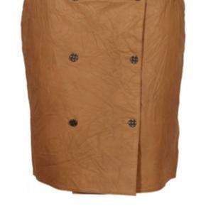 Lækker skind nederdel i det lækreste bløde skind. Med lommer og bælte. Så smuk.  Passes også af en m.