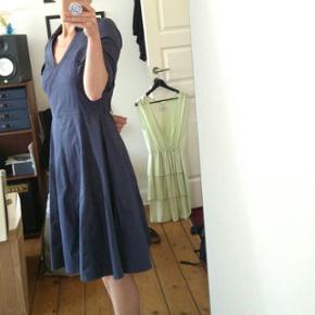 """Skøn kjole fra Saint Tropez i støvet blå, ærmerne kan """"spændes op"""" med knapstrop eller knappes som lange (billede 2), så den er god hele året rundt 😊"""