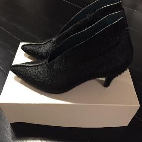 Varetype: Ankelstøvler Farve: Sort Oprindelig købspris: 3200 kr.  By Malene Birger (en af hendes Darlings), Model: Sabris. Behagelig kitten hæl. Rigtig fin stand.
