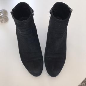 Lækre ruskindsstøvler med 8 cm flot hæl. Støvlerne er brugt max 4-5 gange. De har en god pasform. Lynlås på både indvendig og udvendig side af foden.