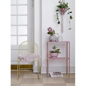 NYPRIS 2000,- Smuk stol fra Bloomingville. Friend stolen er fremstillet i messingfarvet metal, der gør spisebordsstolen ekstra holdbar. Spisebordsstolen har et enkelt og let design, der vil passe godt ind i de moderne hjem. Stolen vil være flot med et skind henover.  5 styks haves. God pris kan aftales ved køb af flere.  ProduktfarveGuld Højde81 Bredde51 Længde47 Siddehøjde47