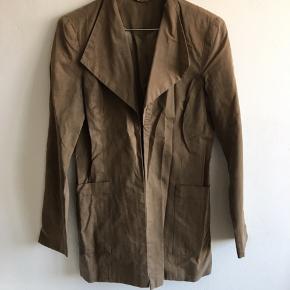 Eget design. Grøn-brun jakke/blazer. Passer en str S. Foret med satin.