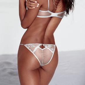 Dream Angel bikini panty – trusser fra Victoria's Secret Fashion Show Aldrig brugt eller prøvet på, stadigvæk indpakket og med mærke.  Fast pris.  Bytter ikke.  Kan afhentes på Islands Brygge Kan sendes hvis køberen betaler portoen