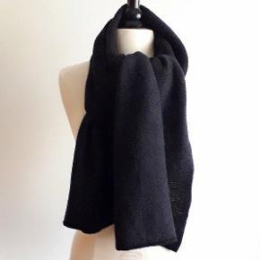Super lækker halstørklæde  fra SAINT TROPEZ. Halstørklædet er ret-strikket.Farve Koksgrå  med sort kant. Er brugt få gange, fremstår i flot stand. Længde 180 cm Bredde 54 cm 52% polyester 48% akryl Nypris kr. 249,00  Tjek mine andre annoncer, har mange fine ting.