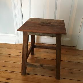 Rustik træ-taburet købt i 'Sinnerup'  Prisen er ekskluderet fragt, afhentning kan også arrangeres.  Kom gerne med et kvalificeret bud, hvis du er interesset, men finder prisen for høj
