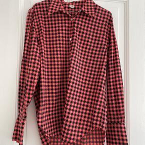 Super flot sort/pink British ternet skjorte med hvide knapper med marmor look. Kun brugt to gange.   Sender hver onsdag og lørdag 👉🏻 📦