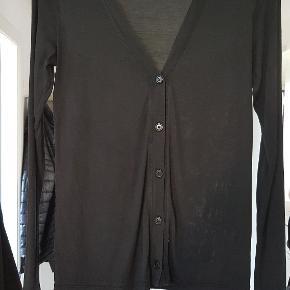 Let og luftig mørkeblå cardigan i 100% bomulds silke. BM: 2x42cm L: 61cm Ærmer: 61cm