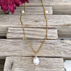 60 cm lang forgyldt stål halskæde (bliver ikke grim og holder sig flot i mange år) I sat stor ferskvandsperle samt lidt mindre perler. Kan laves både med og uden de små perler.  Jeg har kæden i længe 42 cm og 50 cm også.