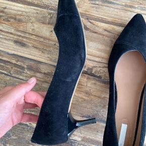 Sorte ruskinds heels fra H&M. Fejler intet.