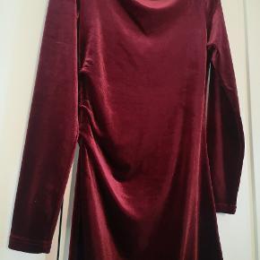 Smuk velour kjole fra soaked. Brugt 2 gange, så i meget fin stand 🌺🌺Se mine andre annoncer🌺🌺