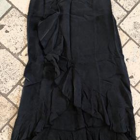 Super fin lang nederdel i virkelig smukt materiale, 60% cupro og 40% viskose. Farven virker støvet sort.  Haft på 2 gange.  BYD! Sender med DAO, køber betaler porto. Bytter ikke!