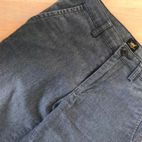 LEE slim chino, str 26/33.  Blød børstet bomulds kvalitet med elastane.  Med paspoleret lommer bagpå og opsmøg.  Ny pris 899