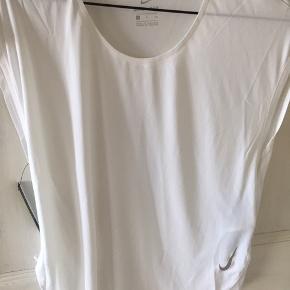 Lækker Nike t- shirt  Helt ny , aldrig brugt Nypris 370kr  Prisen er incl forsendelse med Dao