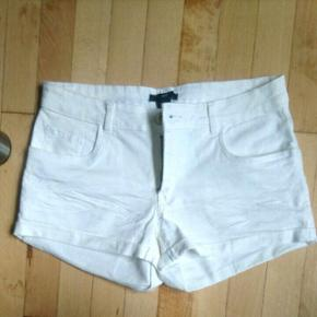 Hvide shorts i str. 36 Stof: 98% cotton, 2% elastane
