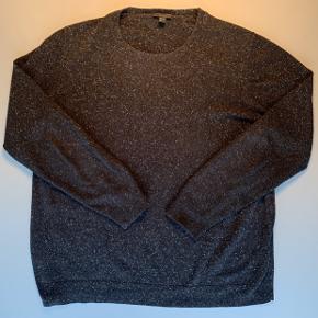 Dejlig varm trøje i meleret farve fra COS