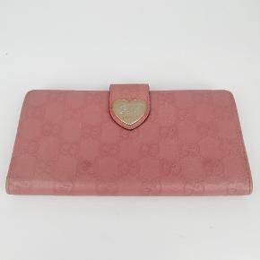 Gucci longwallet i pink 🌷  Der er plads til kort, sedler osv🌸  Det er en smuk pink farve 🌷  Har meget få tegn på brug 🌸  Jeg har desværre intet originalt tilbehør da den er købt vintage ♻️
