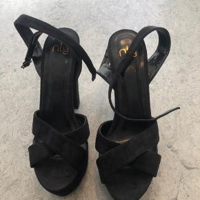 Nelly sandal stilet med rem omkring ben. Brugt 1 gang. Hælen er ca. 13 cm høj.