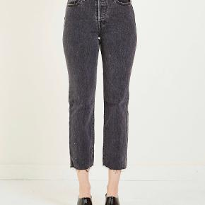 Pæne straight jeans fra levis Model: wedgie fit Cropped model med rip
