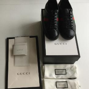 Superflotte Gucci ACE sælges - str 8, passer en 42. Købt på Gucci.com i januar 18 - alt originalt, inkl. kvittering, dustbags og æske. Der er en lille, næsten usynlig revne i skindet på den ene hæl. Flere billeder kan sendes.