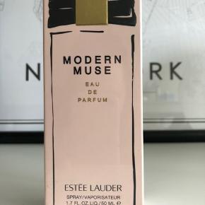 Estée Lauder Modern Muse EdP 50 ml Aldrig brugt, stadig pakket i folie Nypris 669,-  Prisen er ekskl. fragt og TS gebyr