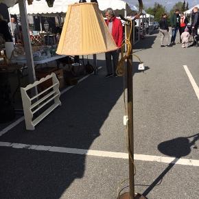Flot gammel Messing gulvlampe, meget tung , med original skærm . .ingen returnering. Afhentes på 8270 Højbjerg. Reserver gerne når halvdelen af beløbet betales ved reservationen..