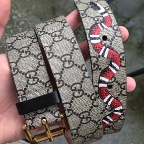 Gucci snake bælte i canvas/læder. Str 95. StårSom nyt, virkelig velholdt. Intet tilbehør, kun bælte. Nypris ~2250 kr