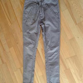 Varetype: Jeans Størrelse: 26 Farve: Grå Prisen angivet er inklusiv forsendelse.  Fede Jeans fra Mos Mosh  97% Cotton  3% Elastan