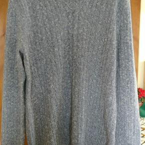 Varetype: mand trøje Farve: Grå / lys Oprindelig købspris: 1400 kr.  Dejlig blød trøje, slim fit model, primært lavet af uld, så god som ny    mp:400kr