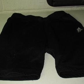 Sorte shorts fra Steatammo str M. De er helt sorte bortset fra ser der står streetammo nederst bagpå. De er med elastik i taljen, bemærk at bindebåndet mangler.  Se også mine flere end 100 andre annoncer med bla. dame-herre-børne og fodtøj