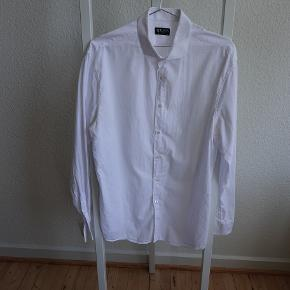 Tiger Of Sweden Farrell 5 shirt i 100% cotton. Slim fit. Shirt size 44 (17 1/2)
