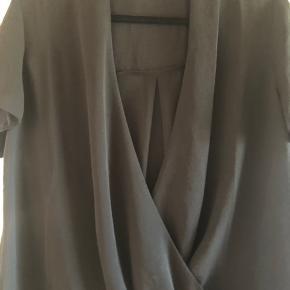 "Sort, løs t-shirt fra Envii. Har ""slå-om"" effekt. Lavet i stoffet polyester."