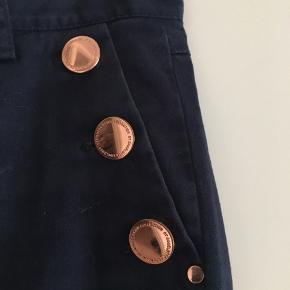 """Navyfarvet bukser med """"cobber"""" look på knapperne. Der er ingen misfarvninger eller huller på bukserne og alle lynlåse fungere.   Alt i alt et par flotte designer bukser til en flad 🐶 + Porto   Sendes på købers regning eller hentes i Århus"""