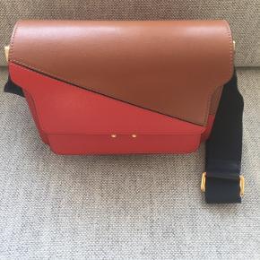 Marni Trunk medium i de fineste farver.   Brugt få gange - så tasken er i den bedste stand.   Den befinder sig i Aarhus.