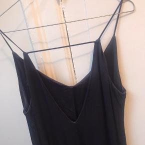 Blå kjole i lidt tykt materiale med stropper fra MbyM Nord. Kun brugt én enkelt aften.  Mærket er klippet ud, så kan ikke svare præcist på stoffet, men det er i en lidt tyk kvalitet og er ikke gennemsigtigt.