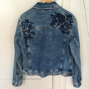 Oversize cowboyjakke med flot blomstret mønster på bagsiden. Kan gøres mindre i taljen ved brug af knapper bag på (se sidste billede).